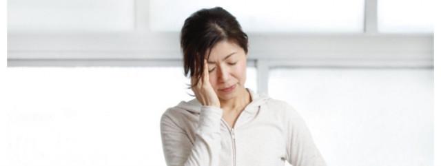 眼精疲労に悩む女性の写真